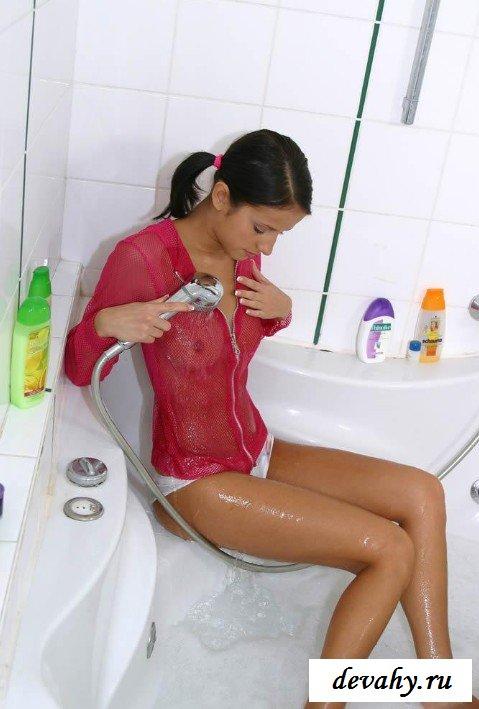девушки в белых трусиках принимают душ трогает